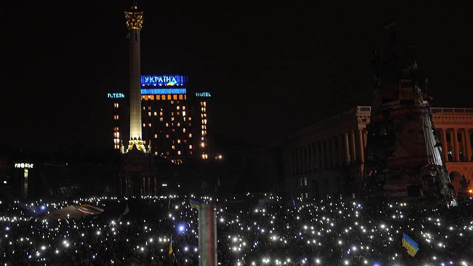 Сторонники оппозиции во время ночных акций на майдане Незалежности (площади Независимости) в Киеве