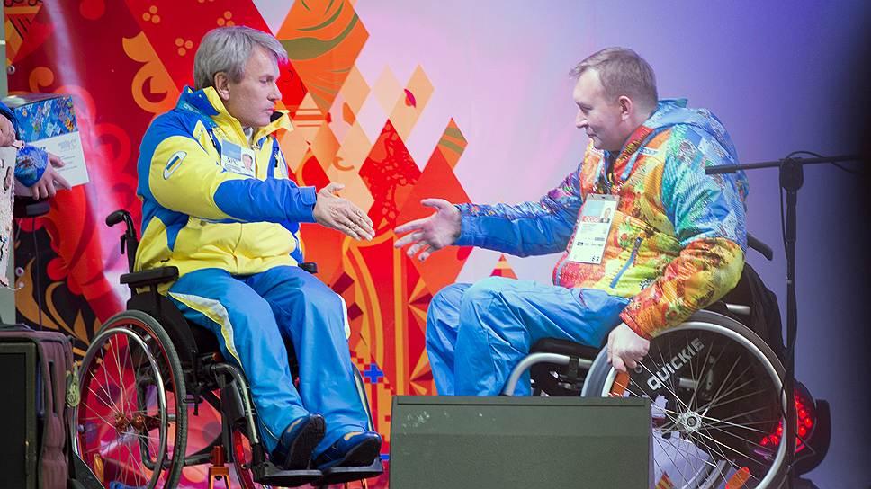 Президент Национального паралимпийского комитета Украины Валерий Сушкевич (слева) подарил вице-мэру Паралимпийской деревни Сергею Поддубному рушник с вышитой на нем картой Украины. Крым был вышит на ней особенно заботливо