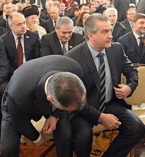 Спикер крымского Госсовета Владимир Константинов (слева) и премьер Сергей Аксенов (справа) считают, что Крым должен остаться парламентской республикой, но ее руководителя можно назначать по представлению президента