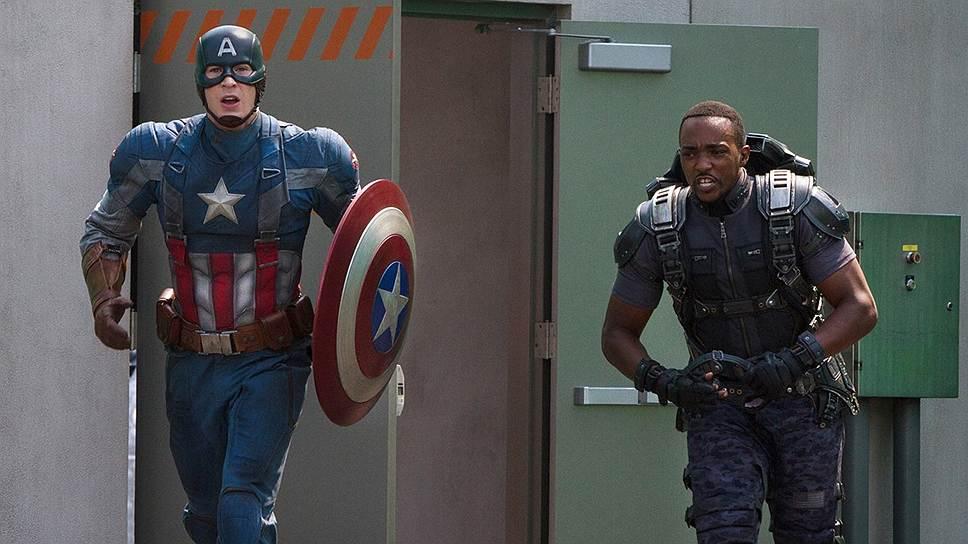 В деле очередного спасения мира Капитан Америка (Стив Роджерс, слева) нашел нового партнера — летающего на железных крыльях Ястреба (Энтони Маки)