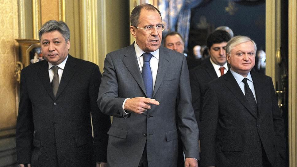 Глава МИД России Сергей Лавров (на фото в центре) попытался доказать коллегам по ОДКБ, что Украина не нарушила их единство