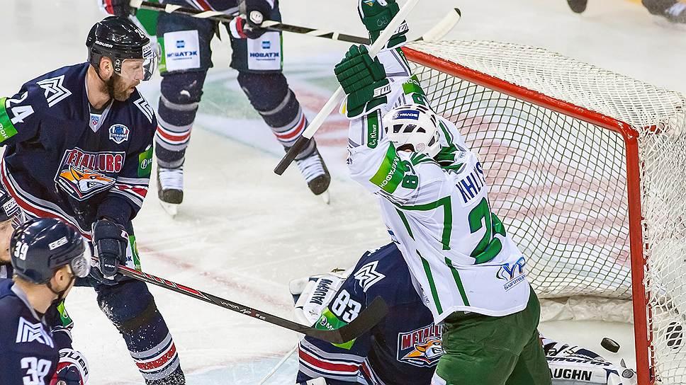 """Хоккеисты """"Металлурга"""", хотя и пропустили два гола от """"Салавата Юлаева"""" (в бело-зеленой форме),  смогли открыть  полуфинальную серию победой"""
