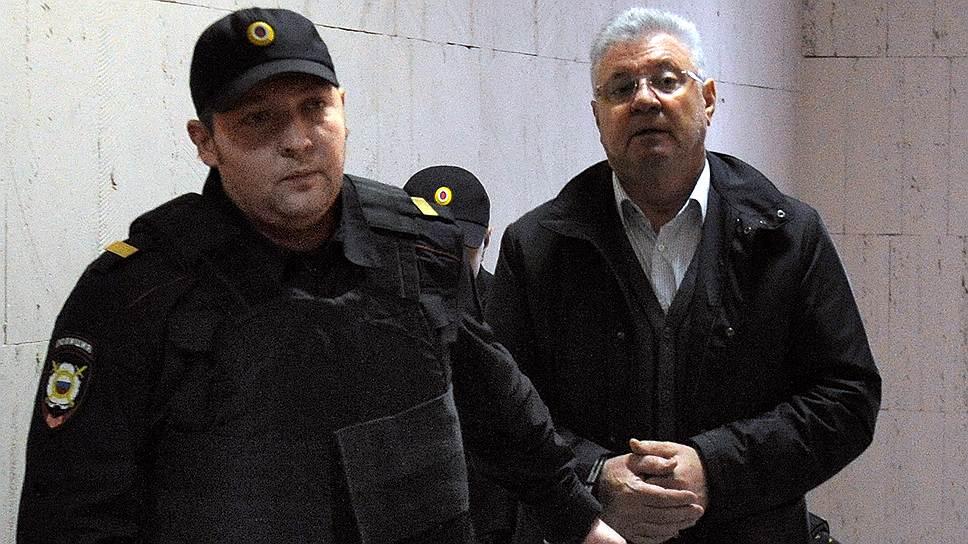 Арест Михаила Столярова (справа) может привести к отмене всенародных выборов мэра Астрахани