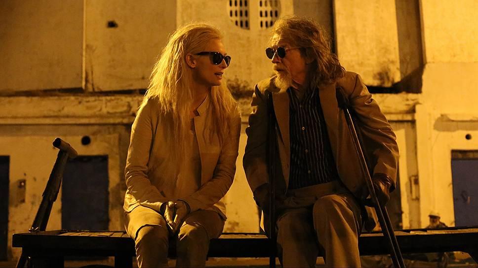 Несмотря на видимую разницу в возрасте, Ева (Тильда Суинтон) и Адам (Том Хиддлстон) образуют превосходную пару