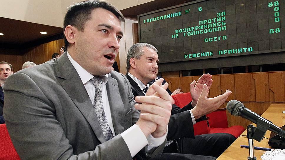 Председатель совета министров Крыма Сергей Аксенов (справа) и его первый заместитель Рустам Темиргалиев рады единогласному голосованию за основной закон республики
