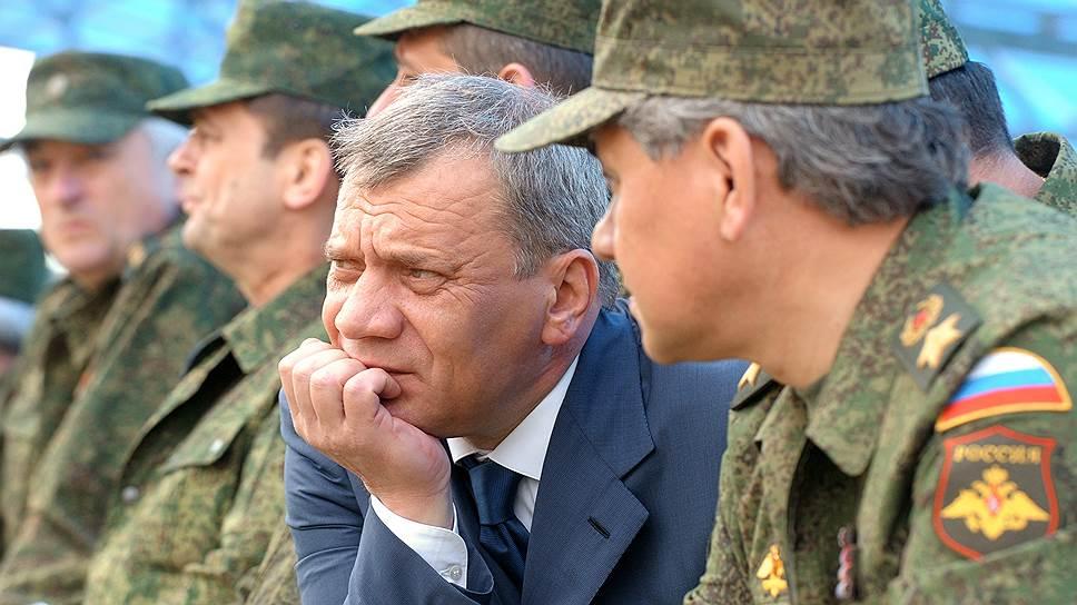 Российские военные под руководством замминистра по вооружениям Юрия Борисова (на фото слева) обнаружили в Крыму 23 оборонных предприятия