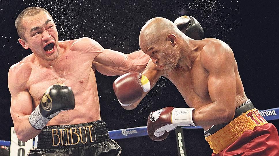 Бернард Хопкинс (справа) победил Бейбута Шуменова в своей фирменной манере — боксируя экономно, расчетливо и очень точно