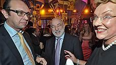 Андрей Шторх (слева) и Виктор Вексельберг (в центре) припомнили Регине фон Флемминг (справа) яйца семьи Форбс