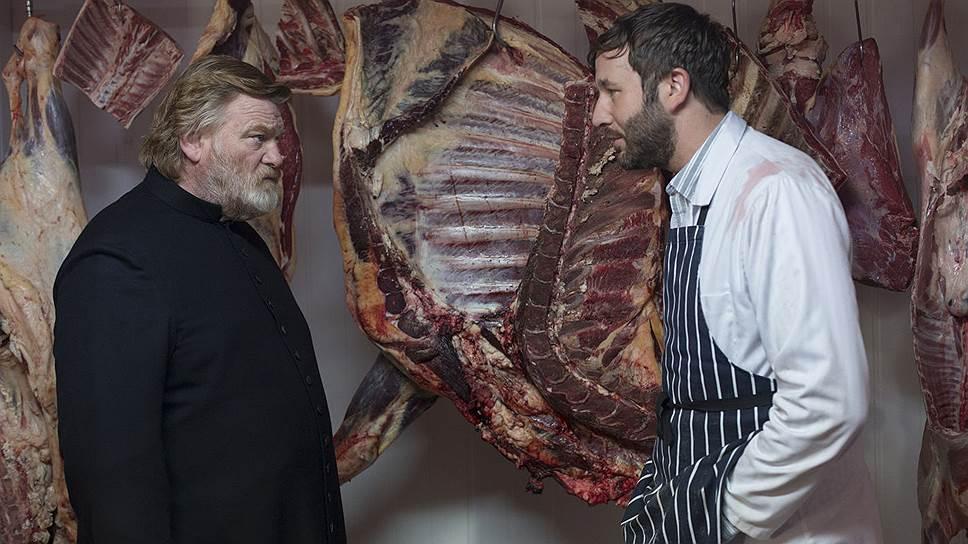 """В """"Голгофе"""" главный подвиг священника (Брендан Глисон, слева) — не относиться к людям как к мясу, хотя все к этому подталкивает"""