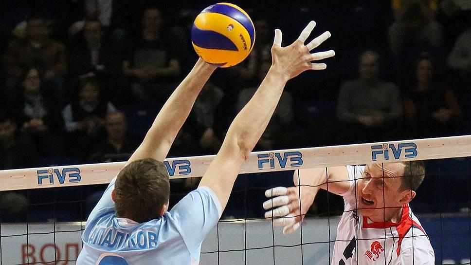 """Волейболисты """"Зенита"""" (в голубой форме) после серии поражений от белгородцев смогли взять реванш в полуфинале чемпионата страны"""