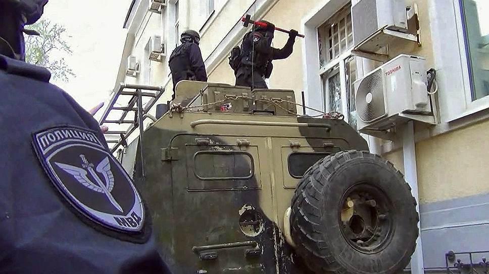 """Чтобы попасть в подпольный РКЦ, спецназ использовал различные спецустройства и даже бронеавтомобиль """"Тигр"""""""