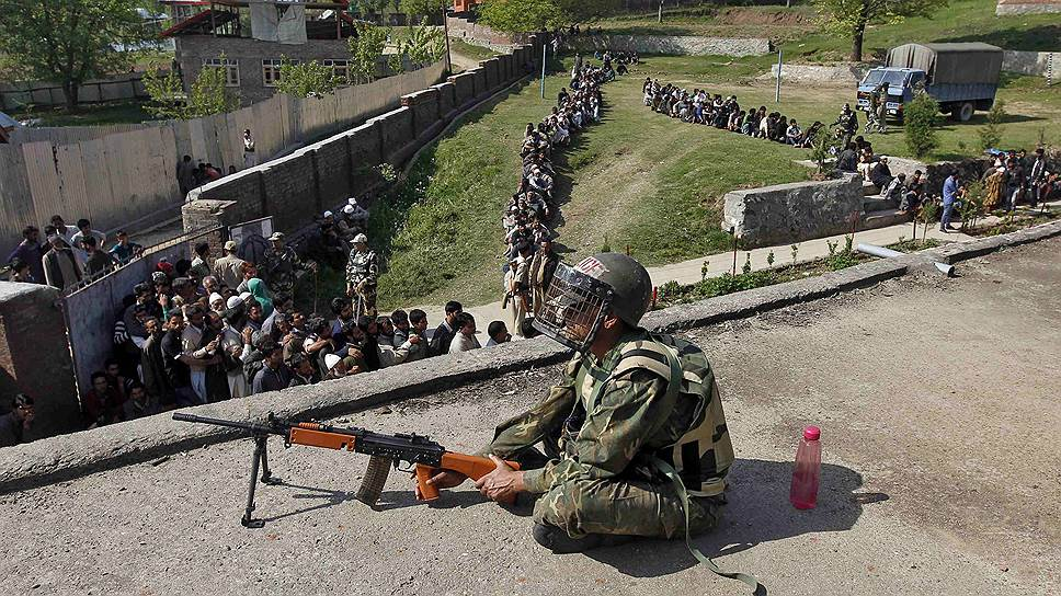 В проблемных регионах, включая пограничный с Пакистаном штат Джамму и Кашмир, для обеспечения безопасности избирателей пришлось использовать армию