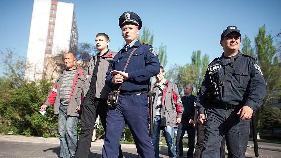 К охране порядка на улицах Мариуполя подключились рабочие принадлежащего Ринату Ахметову металлургического комбината