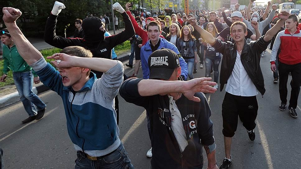 Не увидев на улицах Пушкино мигрантов, националисты решили отправиться крушить вещевой рынок