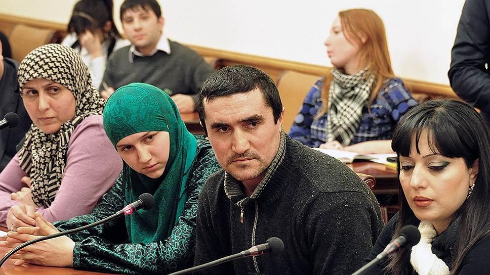 Бывший участник незаконных вооруженных формирований (НВФ) Нариман Мирзамагомедов (второй справа)