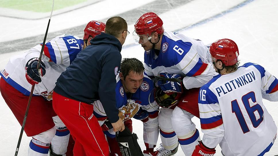 Александр Овечкин (в центре) точно пропустит следующий матч сборной России — против команды Белоруссии
