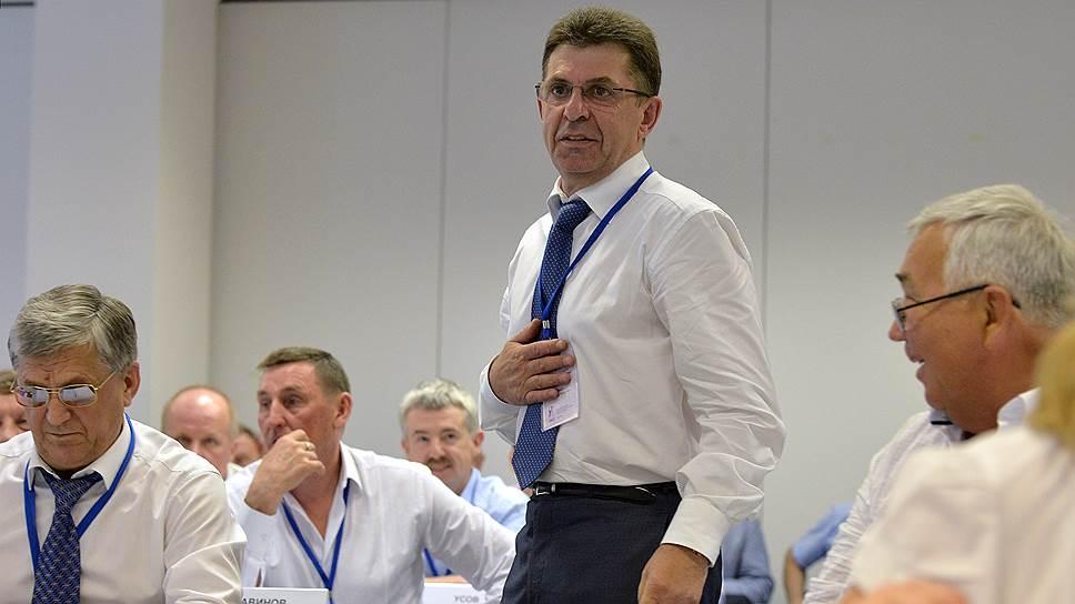 За Александра Кравцова (в центре) проголосовали 50 делегатов отчетно-выборной  конференции из 51