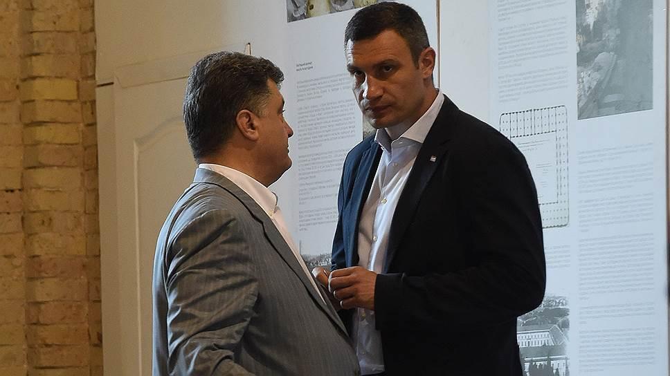 Избранный президент Петр Порошенко (слева) и избранный мэр Виталий Кличко (справа) избрали друг друга для предвыборной гонки и выиграли ее