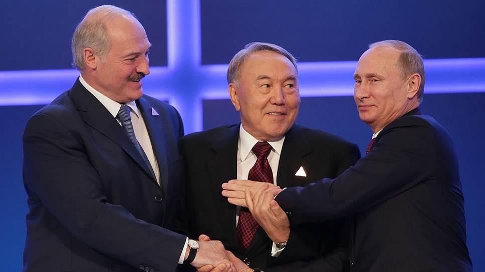 Президенты Белоруссии Александр Лукашенко, Казахстана Нурсултан Назарбаев и России Владимир Путин (слева направо) связали себе руки в возможных экономических спорах