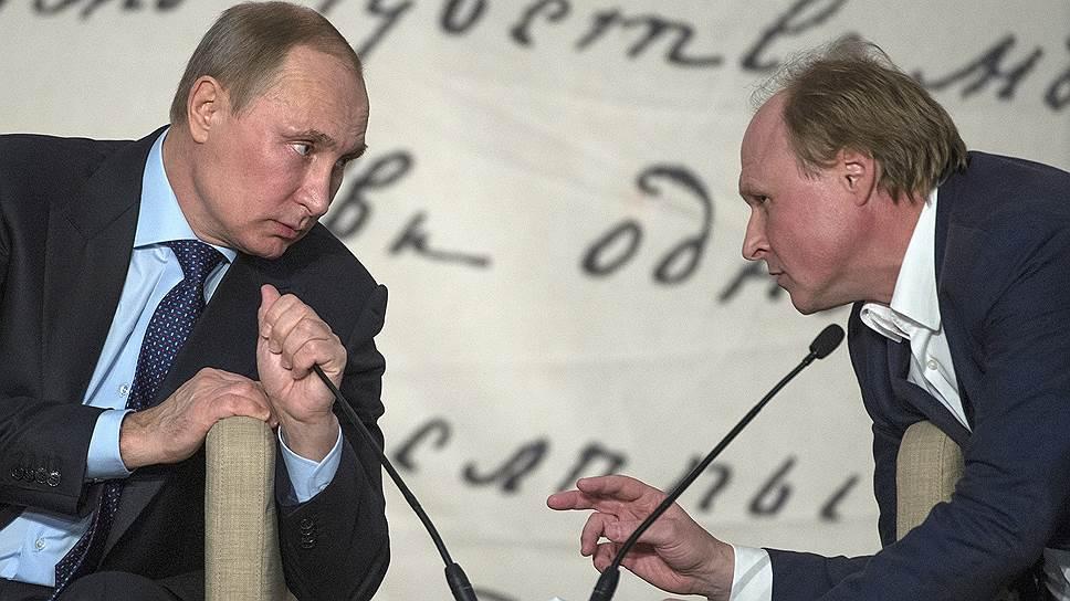 Президент России Владимир Путин и советник президента России по культуре Владимир Толстой