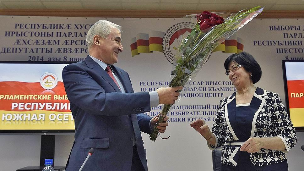 Президент Южной Осетии Леонид Тибилов (слева) первым поздравил главу ЦИК Бэллу Плиеву с успешным проведением выборов