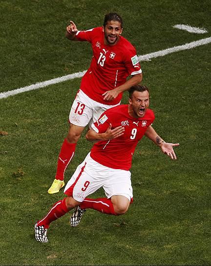 Харис Сеферович (№9) принес сборной Швейцарии победу на исходе добавленного времени