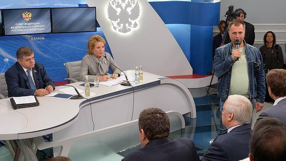 Председатель Совета Федерации России Валентина Матвиенко (в центре) во время заседания комиссии по мониторингу ситуации на Украине. Заседание прошло в малом зале Совета Федерации России