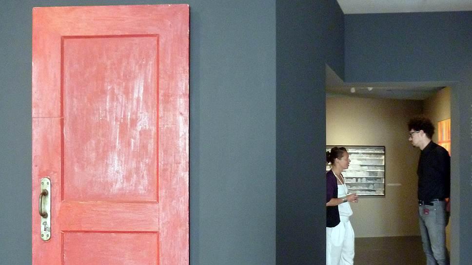Вся живопись Михаила Рогинского наводит на мысль, что он художник не совсем тех пространственных ценностей, которыми занята архитектура