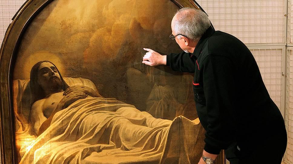В Русском музее (на фото — хранитель живописи XIX века Григорий Голдовский) считают, что картину Карла Брюллова «Христос во гробе» после решения суда необходимо будет выкупить у ее прежнего владельца