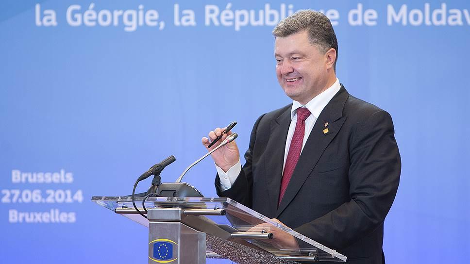 Как Петр Порошенко расписался за Украину