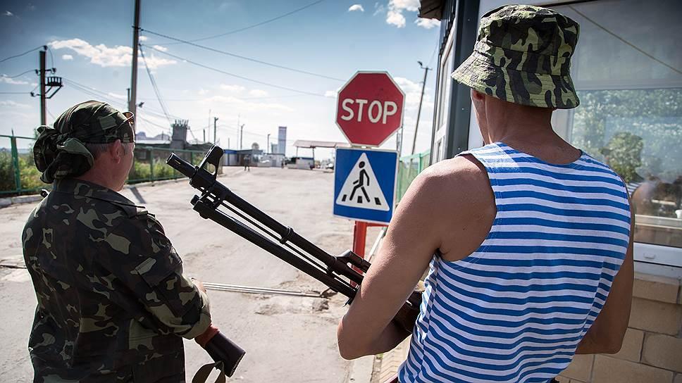 Украинских пограничников с занятых ополченцами КПП пригласили понаблюдать за границей с российской стороны