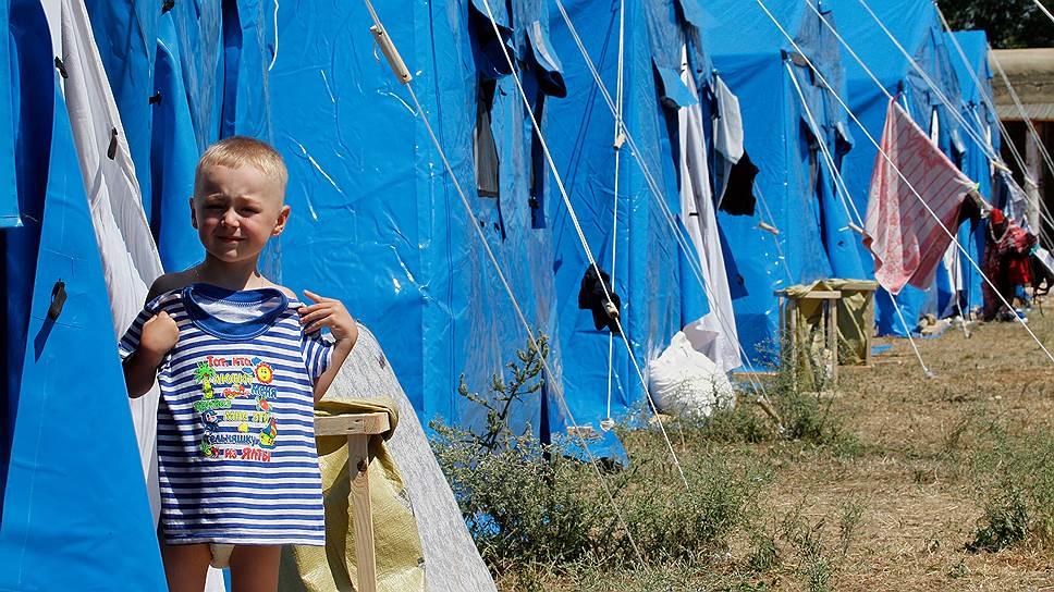 В отделения ФМС за консультациями по вопросам длительного пребывания в РФ обратились уже более 100 тыс. вынужденных переселенцев с Украины. На фото — лагерь беженцев в Севастополе