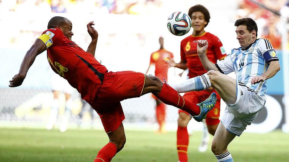 Венсан Компани (слева), Аксель Витсель (№6) и их партнеры по сборной Бельгии сумели сдержать лидера сборной Аргентины Лионеля Месси, но это их не спасло