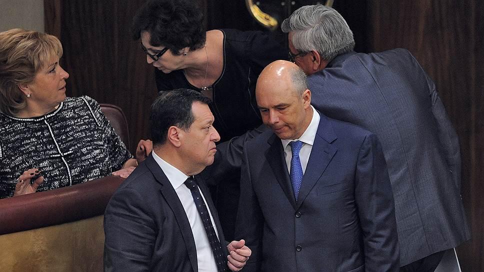 Глава думского комитета по бюджету Андрей Макаров (слева) и министр финансов Антон Силуанов в преддверии «нулевого чтения» проекта бюджета-2015
