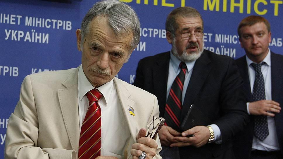 Вслед за закрытием въезда в РФ лидерам крымских татар Мустафе Джемилеву (слева) и Рефату Чубарову (в центре) прокуратура обвинила меджлис в экстремизме