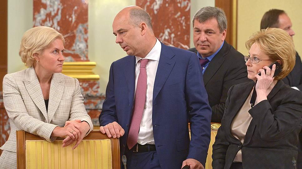 Министр финансов РФ Антон Силуанов (второй слева) предлагает заместителю председателя правительства РФ Ольге Голодец (слева) переложить часть расходов на ОМС на самих неработающих граждан