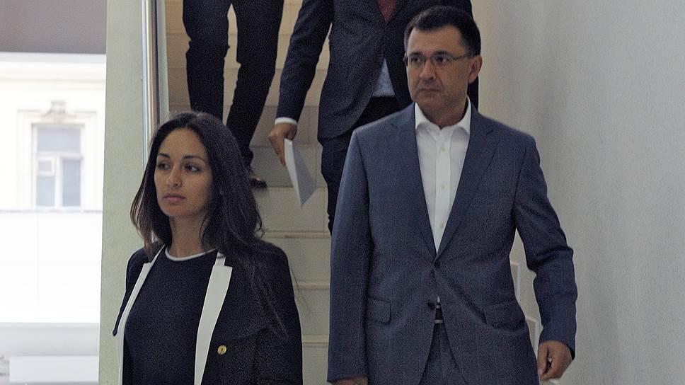 Гражданская жена Романа Селезнева Анна Отиско (слева) и его отец, первый зампред комитета Госдумы Валерий Селезнев (справа), уверены, что условия содержания задержанного угрожают его здоровью и жизни