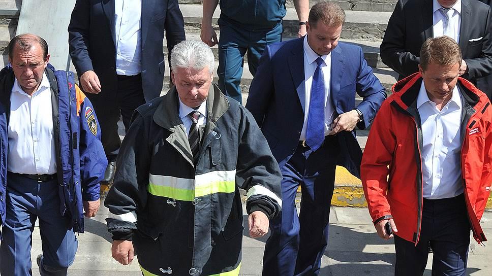 На месте трагедии в метро мэр Москвы Сергей Собянин заявил, что за случившимся последуют не только увольнения, но и уголовные дела. Их первыми фигурантами стали двое рабочих