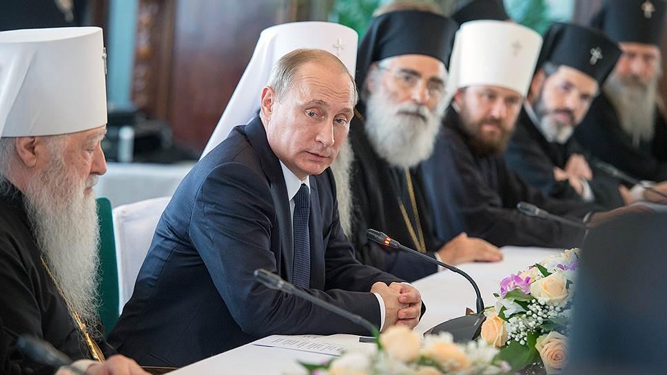 На встрече с иерархами поместных православных церквей президент России Владимир Путин предложил дождаться новой мирной инициативы президента Украины
