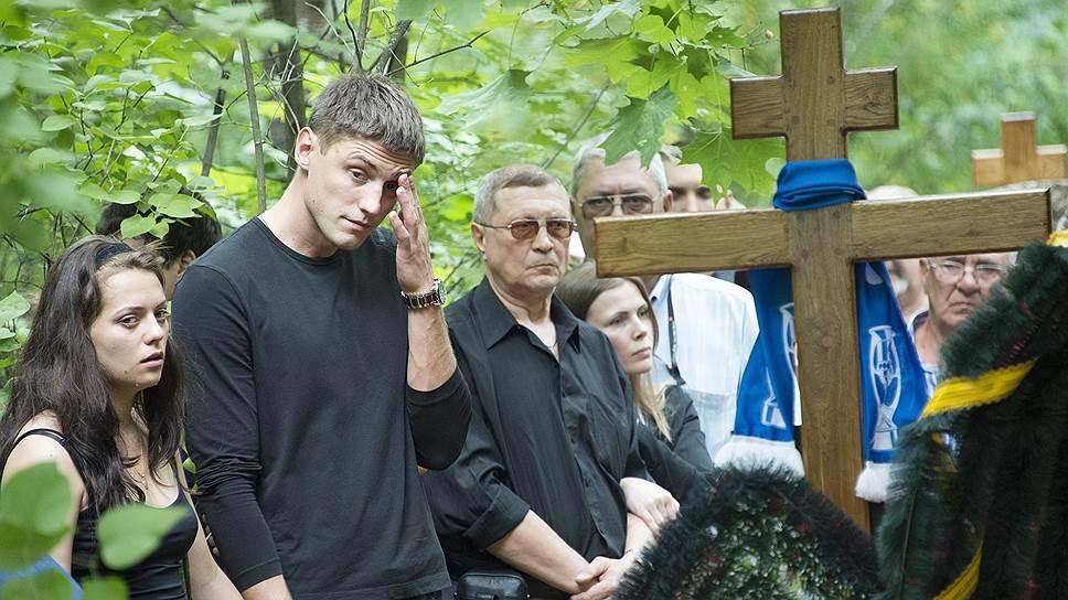 Баскетболист Вадим Панин (второй слева) похоронил отца, погибшего в аварии в Московском метрополитене