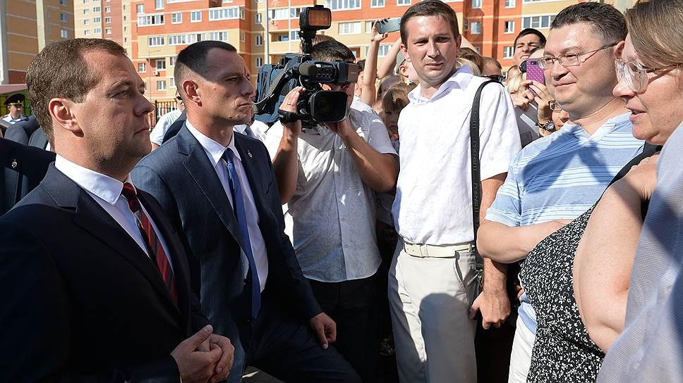 Дмитрий Медведев (слева) пообщался с жителями Липецка после осмотра нового детского сада