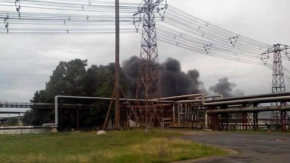 Пожар на Лисичанском нефтеперерабатывающем заводе после артобстрела