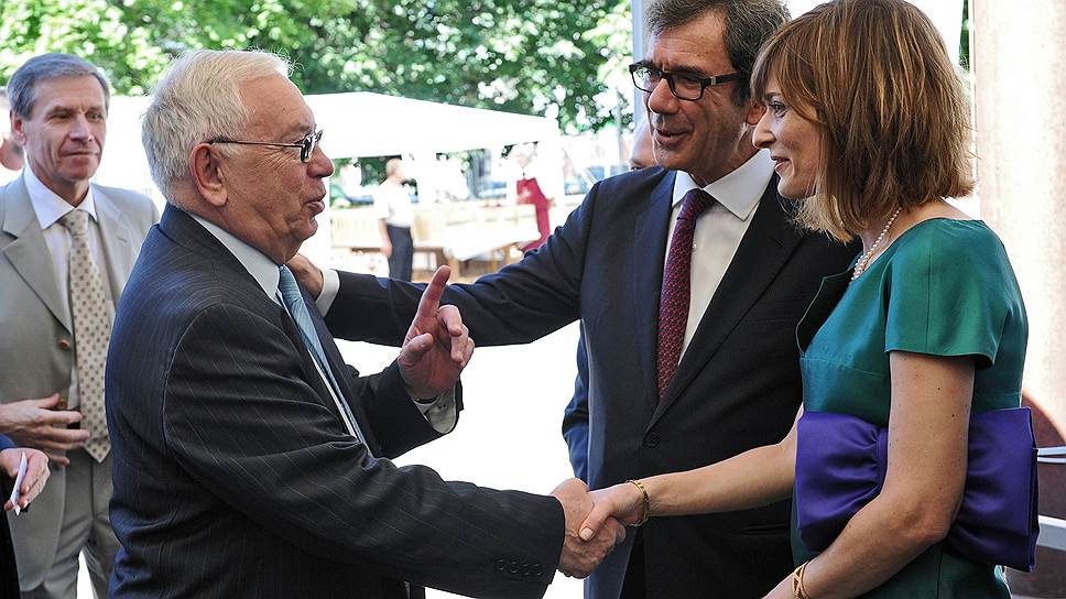 Член Международной комиссии по вопросам вмешательства и государственного суверенитета при ООН Владимир Лукин(второй слева) и посол Франции в России Жан-Морис Риппер (второй справа) с супругой во время празднования Дня взятия Бастилии в Посольстве Франции в Москве
