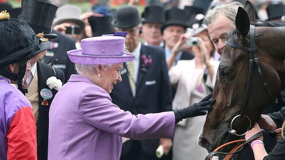 Елизавета II стала первым британским монархом, лошадь которого выиграла престижнейшие скачки Royal Ascot, проводящиеся с 1711 года