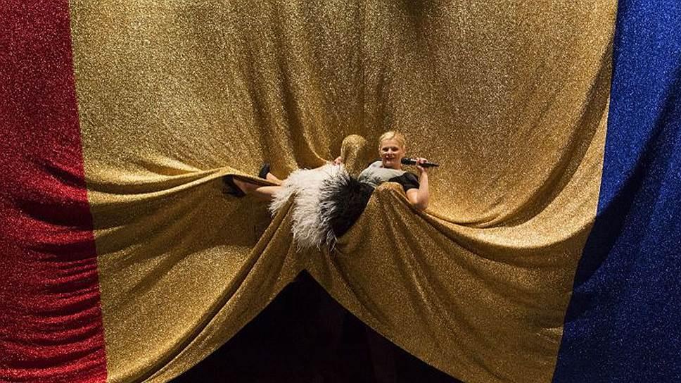 В спектакле румынского режиссера Джанины Карбунариу «Солитарность» на Авиньонском театральном фестивале прекрасные порывы героев тонут в государственном флаге