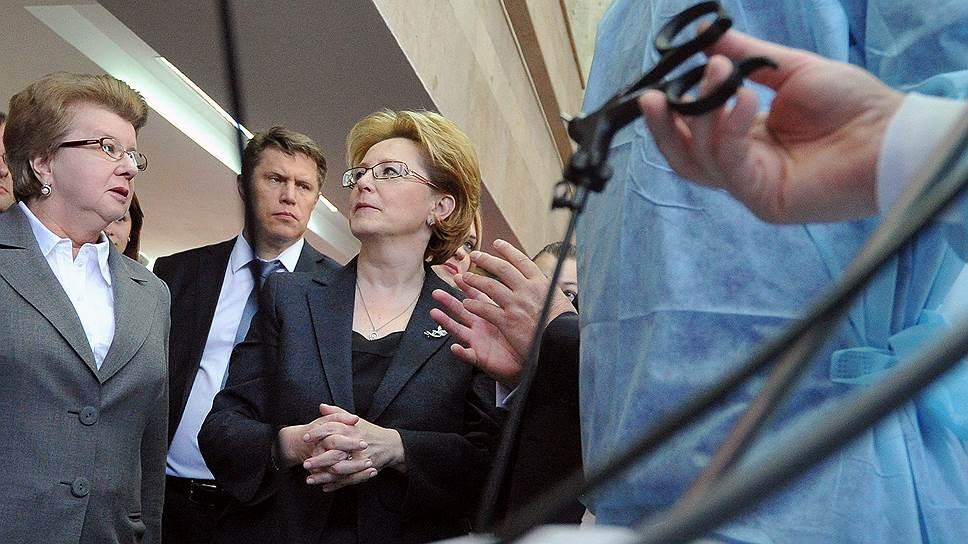 Глава Минздрава Вероника Скворцова (в центре) диагностировала последствия для здоровья населения новых многомиллиардных расходов в здравоохранении