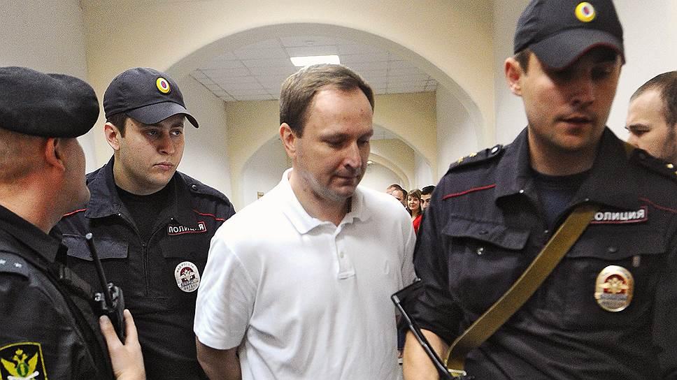 Бывший руководитель ГУЭБиПК МВД России Денис Сугробов (в центре)