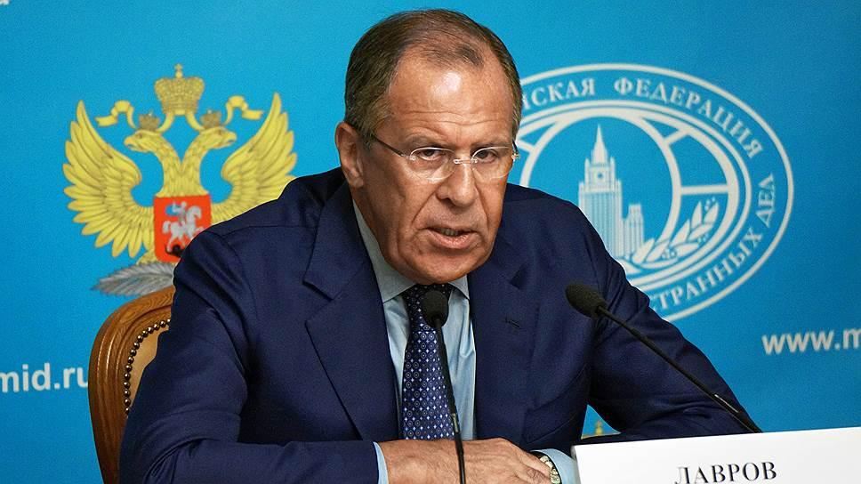 Глава МИД РФ Сергей Лавров заверил, что Россия не будет впадать в истерику из-за санкций и отвечать ударом на удар