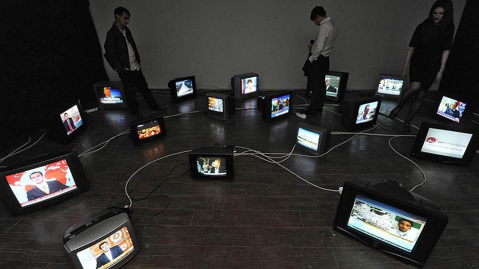 Пакистанский художник Муззумил Рухел выпустил на выставке «Пастбище еще зеленое?» стадо новостников со всего мира