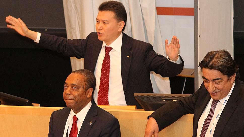 Кирсан Илюмжинов (в центре) на выборах президента FIDE разделил шахматы и политику